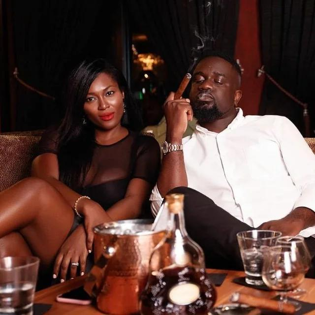 Photo of Unbelievable: Gentle Looking Sarkodie Skocks Fans After Being Caught Smoking Ganja